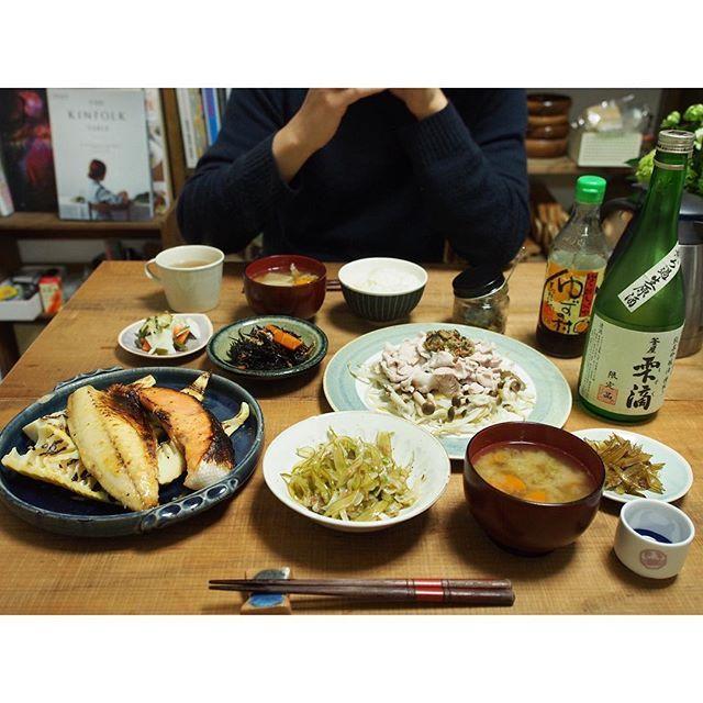 fujifab12 on Instagram pinned by myThings 6日前の晩ごはん。 ⚫︎鮭と鯖の西京味噌漬け〜筍と共に焼きました ⚫︎だしぶっかけ冷しゃぶサラダ ⚫︎ひじきの煮物 ⚫︎浅漬け ⚫︎ごはん、味噌汁、常備菜 ⚫︎日本酒 …遡っていく謎の晩ごはんシリーズを放出いたしましたw そして、もうお気付きでしょうが…  結婚してからの茹で肉の登場頻度おかしいwww  旦那に『何食べたい?』と聞くと、8割がた『茹で鶏!もしくは茹で豚!』と返ってきます。  今のところ味は被らせてないぜ! 茹で肉レパートリー増えそう❤️笑  #管理栄養士#dietitian#ヘルシー#healthy#food#foodpic#feedfeed#夜ごはん#おうちごはん#dinner#焼き魚#日本酒#酒#郷のめぐみ#sake#とりあえず野菜食#野菜大好き#vegitable#角上魚類