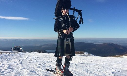 A Man is in love with multi skills like Skiing and bagpipes.or you can it an art. Martin McKay, a talented 42 year old photographed during played the bagpipes and way down from the slopes. Martin, snow lover snapped in the spectacular photo during launching down 4,000ft slop near Aviemore. He played Scottish Soldier and the Gael, which was famous in 1992 blockbuster The Last of the Mohicans; very fearlessly at the speed of 40mph during way down to the lopes.