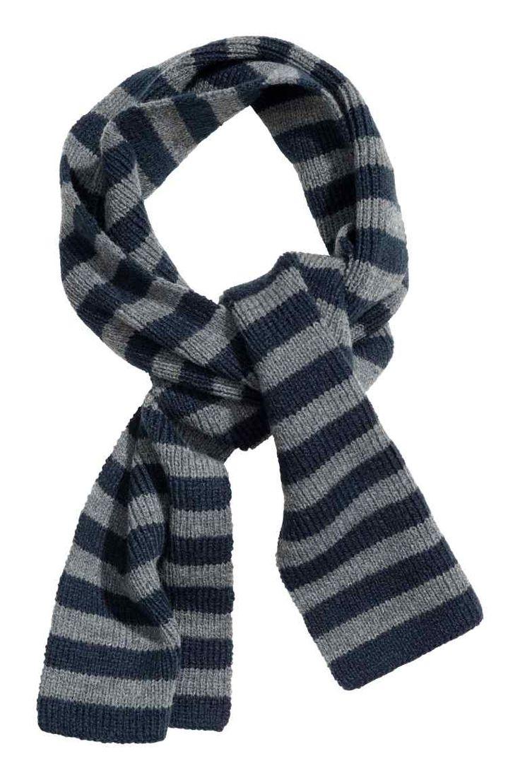 Gestreepte sjaal: Een zachte, ribgebreide streepjessjaal. Afmetingen 15x110 cm.