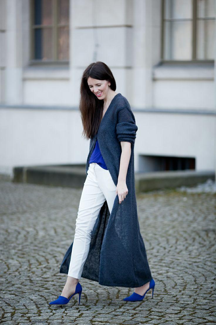 Ela z bloga Ubrana nie przebrana połączyła intensywny niebieski z jego zgaszonym odcieniem! #moda #niebieski #biale spodnie #granat