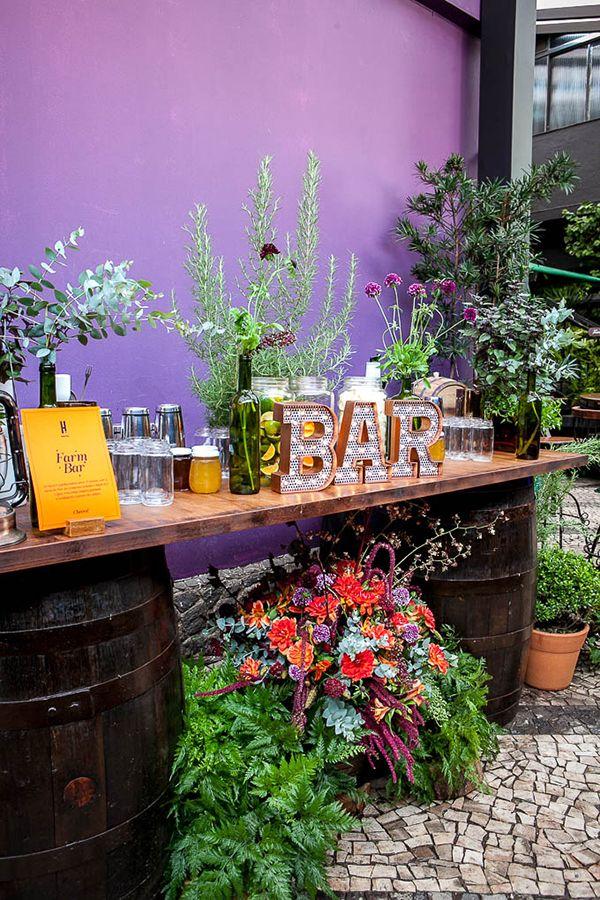 Novidades para bar de casamentos - bar de caipirinha rústico chic com sabores da fazenda - mason jars no lugar de copos ( Bar: Help Bar | Foto: Graziella Widman )