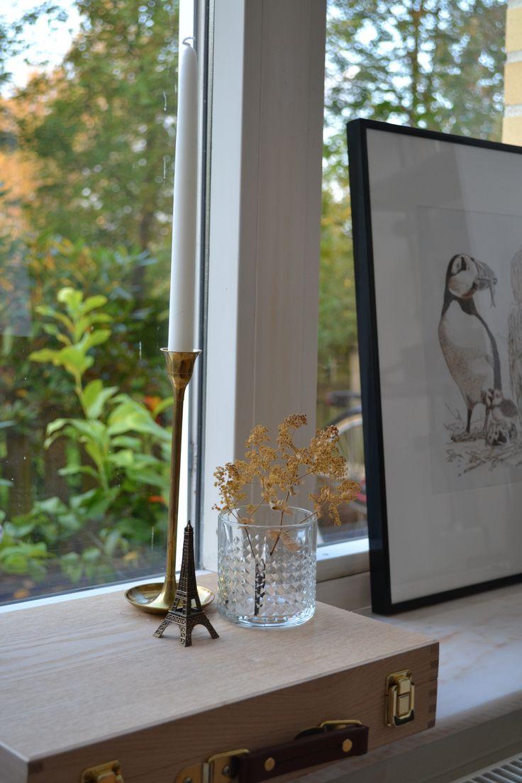 I mitt vardagsrumsfönster - marmor, mässing,