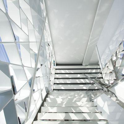 espacios futuristas diseo escaleras blancas inspiration design