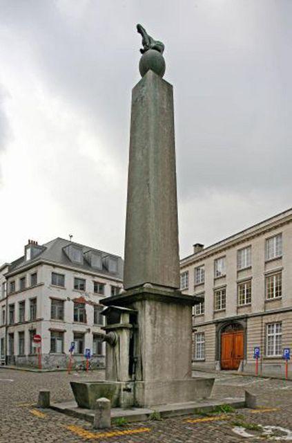 Op een stadsrekening uit 1480 was in Gent sprake van een 'pompe up den Santbergh'. In 1812 werd de huidige pomp bekroond door een adelaar, het zinnebeeld van het eerste Franse keizerrijk. Na de val van Napoleon moest echter alles wat herinnerde aan de Franse heerschappij spoorslags verwijderd worden.