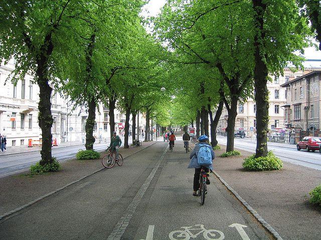 Alameda em Gotemburgo, na Suécia, com pista para os ciclistas. Parabéns!