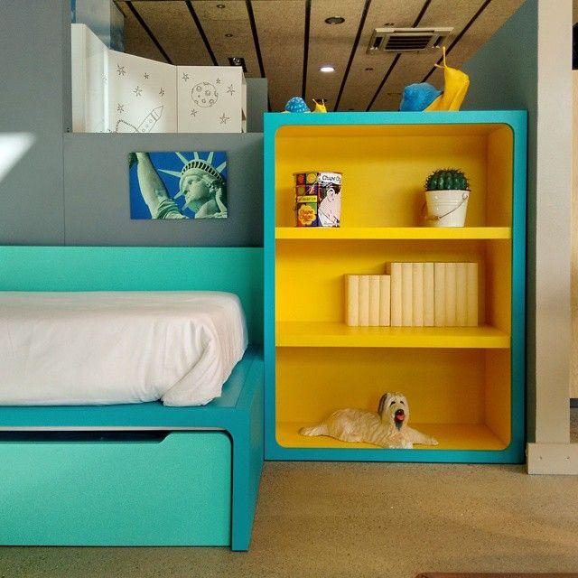 Shelving for color dreams. Estanteria para sueños de color en @Ismoble de #Granollers. #shelves #shelving #estanteria #colors #home #bedroom #kits #children #dreams #bedroom #barcelona #diseño #disseny #interiorism #interior #interiordesig #colores #juvenil #interiorismo