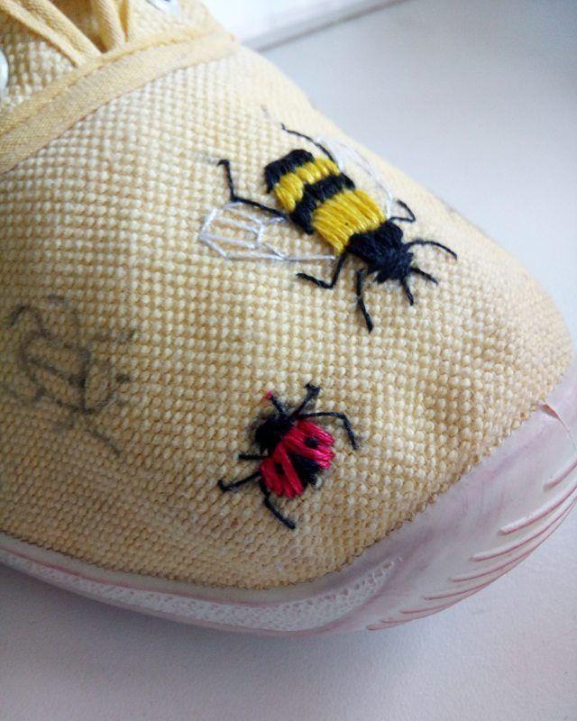 130 вподобань, 5 коментарів – Embroidery art for you (@iskra_hand_made) в Instagram: «🐞🐝🐜 Вот такие веселые ребята теперь будут жить на кедах😍 • • • #ISKRA_hm #beetle #mychild…»