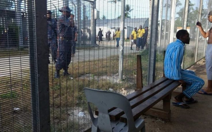Papua New Guinea police have entered the Manus Island detention centre ordering the 400 refugees and asylum seekers to leave the facility immediately.