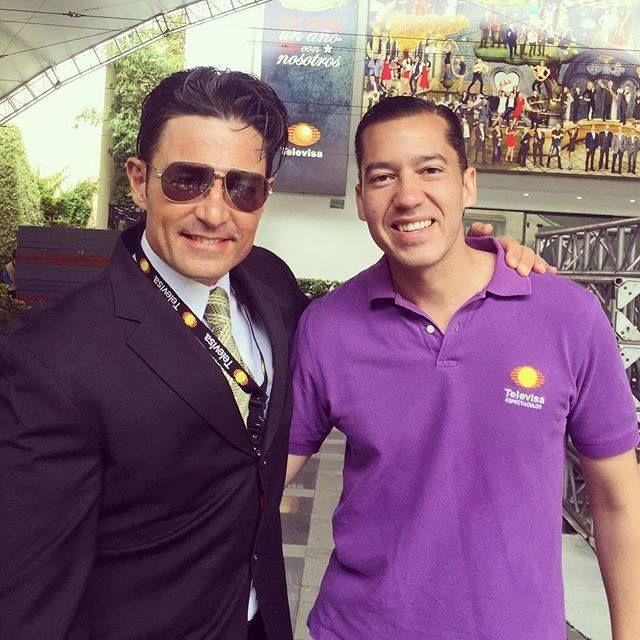 """FERNANDO COLUNGA en compañía de Jorge Ugalde, el actor número uno con el mejor reportero de los espectáculos. Foto tomada el 19 de agosto del 2015, ya preparando el melodrama """"Pasion y poder"""" que se estrenó en MX el 5 de octubre."""