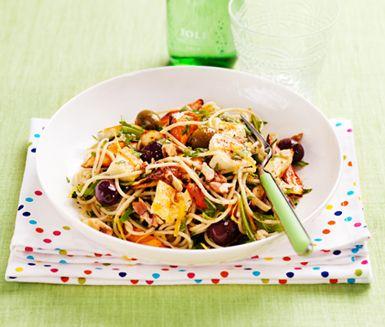 Vegetarisk pasta med medelhavssmaker! Blanda morot, palsternacka och sötpotatis med spännande pesto på rucola och valnötter. Toppa med stekt halloumi och oliver.