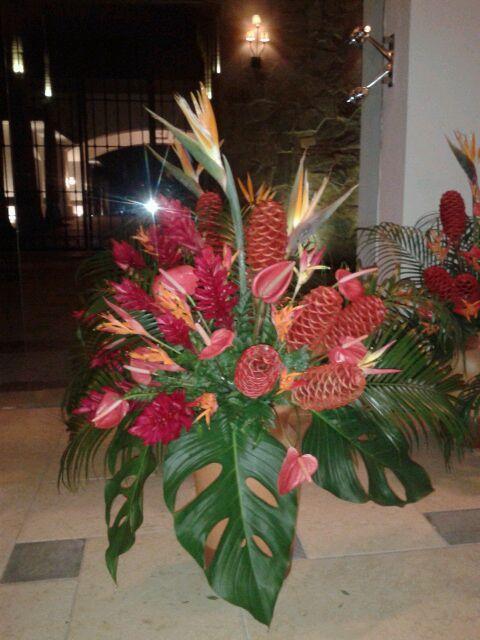 Arreglo en base de barro y flores tropicales s lo for Decoracion de jardin con jarrones