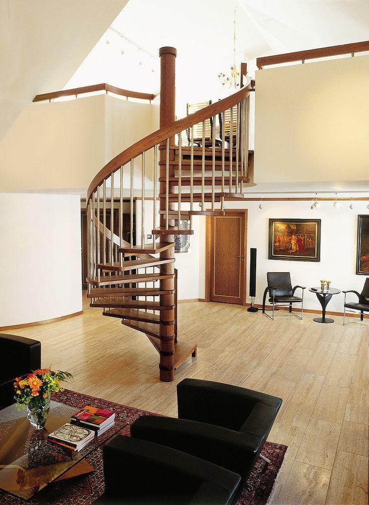 Escalia Amsterdam fremstår som en skulptur i rommet og bidrar til et luftig og åpent inntrykk. Det spesielle trinnopphenget gjør vindeltrappen lett og luftig, samtidig som den tar liten plass. Et ypperlig valg for deg som har begrenset plass eller er ute etter en utradisjonell løsning. Her i eik helstav med spiler i børstet stål, til høyre i kirsebær helstav. Amsterdam er en tøff og funksjonell trapp i tidløs design. En kraftig stålkonstruksjon i midtsøylen sikrer stabilitet.
