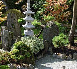 Similar a la tendencia feng shui, los jardines japoneses buscan la serenidad y tranquilidad a través de plantas como el bambú, el arce o helechos y, sobre todo, elementos acuáticos, grava y arena. Interpretación del jardín japonés: Tiene una lectura geográfica y topográfica,el propio paisaje japonés,un archipiélago de las islas organizadas en su mayoría en torno al Mar interior de Seto. En segundo plano,el jardín japonés también tiene una visión del cosmos,la que corresponde a la religión…