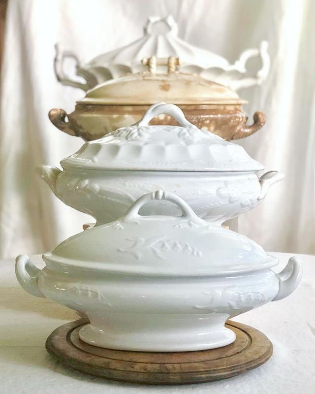 Idee glamour ed economiche per scaffali, tavoli, divani e molto altro! Ironstone Rising Someone Said Your Home Should Rise Up To Greet You Isn T That Lovely Shabby Chic Home Accessories Shabby Chic Homes Vintage Ironstone