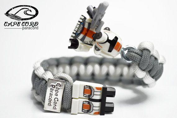 He encontrado este interesante anuncio de Etsy en https://www.etsy.com/es/listing/219009391/clone-trooper-bracelet-clone-trooper