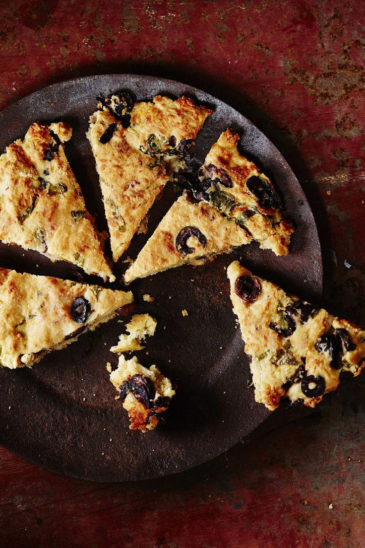 Skonssi eli teeleipä valmistuu helposti 10 minuutissa. Se maustetaan oliiveilla ja yrteillä herkulliseksi.