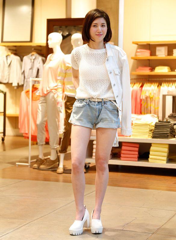 【渋谷店スタッフ注目コーデ】 今季トレンドのALL WHITEスタイル。透け素材も、春ニットならガーリーすぎず等身大カジュアルに。オーバーサイズのデニムジャケットが女性らしさアップの決め手♡  ■オンラインストアはこちら http://www.gap.co.jp/browse/subDivision.do?cid=5643 ■渋谷店 http://loco.yahoo.co.jp/place/d297ba4129a236f1a51eeace4d76477e0db4468e/
