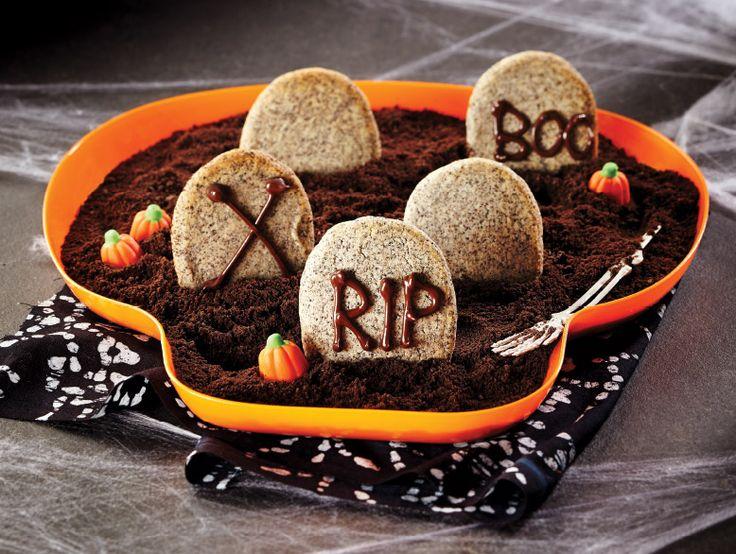 Biscuits en forme de pierre tombale--------  Écrivez une inscription effrayante sur les pierres tombales, et plantez-les dans ce cimetière comestible et appétissant.
