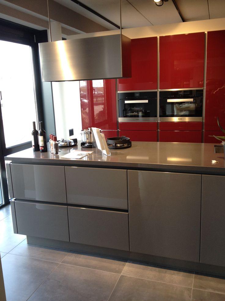 Moderne greeploze hoogglans keuken | Grijs met rood gecombineerd voor een luxe uitstraling | Eiland Afzuigkap |. Ga voor keukeninspiratie naar: www.keukenstudiostoof.nl