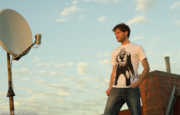 A Shooting on the roof: the Gorilla T-Shirt from Thokk Thokk on Bachblatt-Store! http://www.bachblatt.de/Maenner/Shirts/THOKKTHOKK-Gorilla-T-Shirt-weiss.html