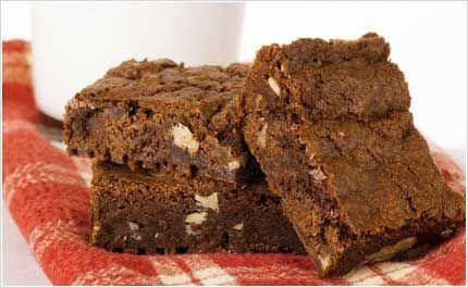 Brownies. Lett å lage. Dobla oppskrifta. Litt for luftig, mindre bakepulver neste gang. Bytta valnøttene med finhakka kokesjokolade.
