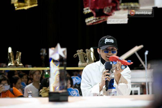 Sơn Tùng mang căn phòng truyền cảm hứng của mình chiêu đãi 300 fan trong buổi họp fan cuối năm - Ảnh 12.