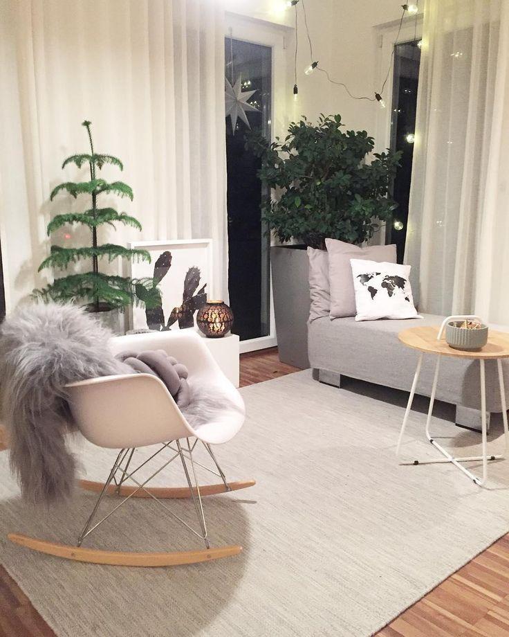 In diesem gemütlichen Schaukelstuhl lässt es sich an den kalten Wintertagen am besten aushalten! Ein kuscheliges Fell und das trendige Kissen Knot sorgen zusätzlich für flauschigen Komfort. So entspannen wir am liebsten! // Wohnzimmer Schaukelstuhl Sessel Sofa Fell Kissen Teppich Winter Weihnachten Dekoration Lichterkette #Wohnzimmer #WohnzimmerIdeen #Dekoration #Schaukelstuhl @so.wohne.ich