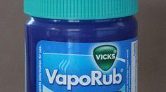 Traditionnellement, on met du VapoRub sur la poitrine pour aider à mieux respirer. Bien utile pendant un rhume par exemple lorsque les bronches sont encombrées C'est un produit que l'on reconnaî...