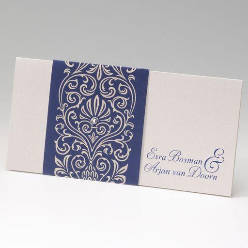 Blaue Einladungskarten liegen zur Zeit voll im Trend! Hergestellt wurde diese edle Einladungskarte aus einem schimmernden Premiumkarton der mit einer breiten, blauen Banderole verschlossen wird. Eine schöne Perle in Form einer Abblikation unterstreicht den edlen Charakter dieser blauen Einladungskarten. Online bestellen nur bei uns - top-kartenlieferant aus Aachen!
