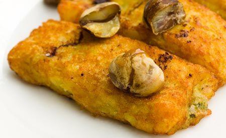 Kroketten aus Kichererbsen  500 g gekochte Kichererbsen 2 Kartoffeln 1 Zwiebel 1 Bund Petersilie Salz Pfeffer Öl  Zubereitung Kroketten aus Kichererbsen  Die Kartoffeln in Salzwasser kochen. Zusammen mit den Kichererbsen pürieren. Das Püree in eine Schüssel geben, gehackte Petersilie und Zwiebel zufügen, salzen, pfeffern und gut vermengen.  Aus diesem Teig Kroketten formen, in etwas Öl in einer Pfanne anbraten, dabei öfters drehen, damit sie auf allen Seiten goldbraun werden.