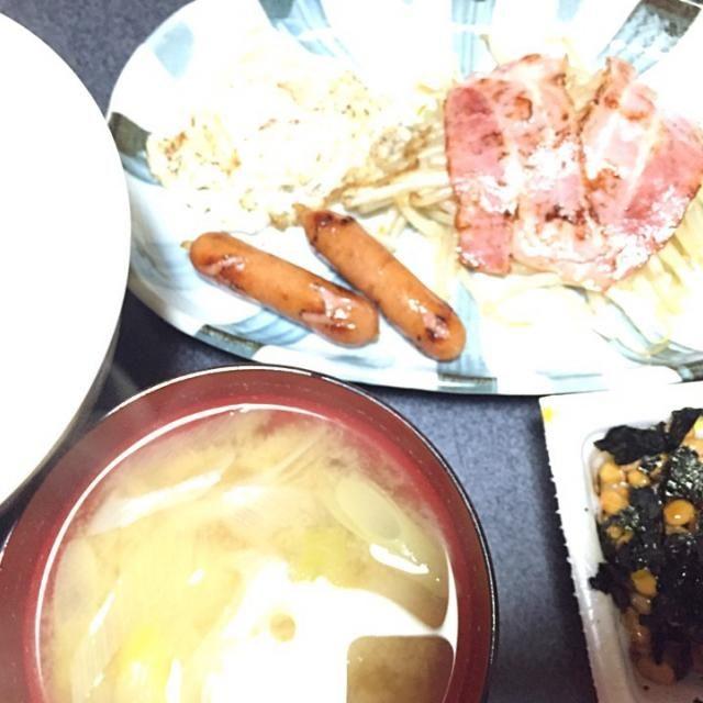 ヤッターー!目玉焼きが(ターンオーバー)のってるーーっ! #夕飯 - 5件のもぐもぐ - ベーコン、もやし炒め、白米、ウィンナー、海苔納豆、味噌汁(ネギ) by ms903