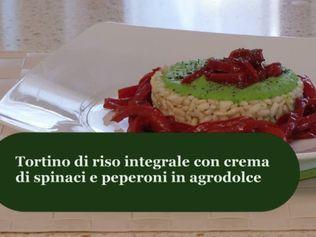 Tortino di riso integrale con crema di spinaci e peperoni in agrodolce ...