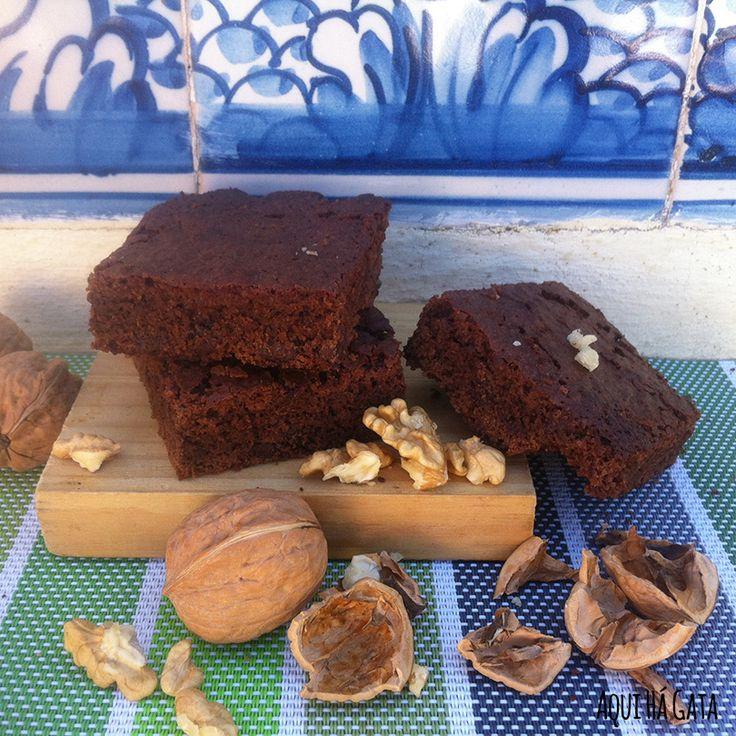 Brownies Chocolate e Nozes - Conhecidos como o bolo que não cresce os brownies são apreciados mundialmente.  Receita à base de muito chocolate e nozes , os Brownies Chocolate e Nozes são  rápidos e simples de fazer.