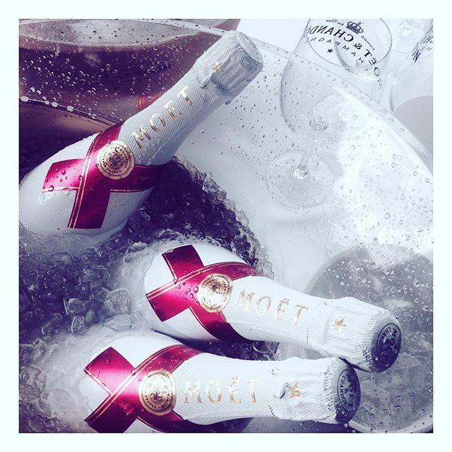Már most szólunk! Különleges nap a holnapi: világraszóló partit hirdet a Moët & Chandon Champagne-ház. Idén először Magyarországon is éttermek bárok és klubok sora vesz részt a Moët Party Day-en Budapesten és a Balatonnál. Már reggeltől pohárral kínálják a világ kedvenc champagne-át. Szóval ne feledjétek: holnap már reggeltől folyhat a pezsgő!! @moetchandon #moetmoment #moetchandon #moetpartyday  via MARIE CLAIRE HUNGARY MAGAZINE OFFICIAL INSTAGRAM - Celebrity  Fashion  Haute Couture…
