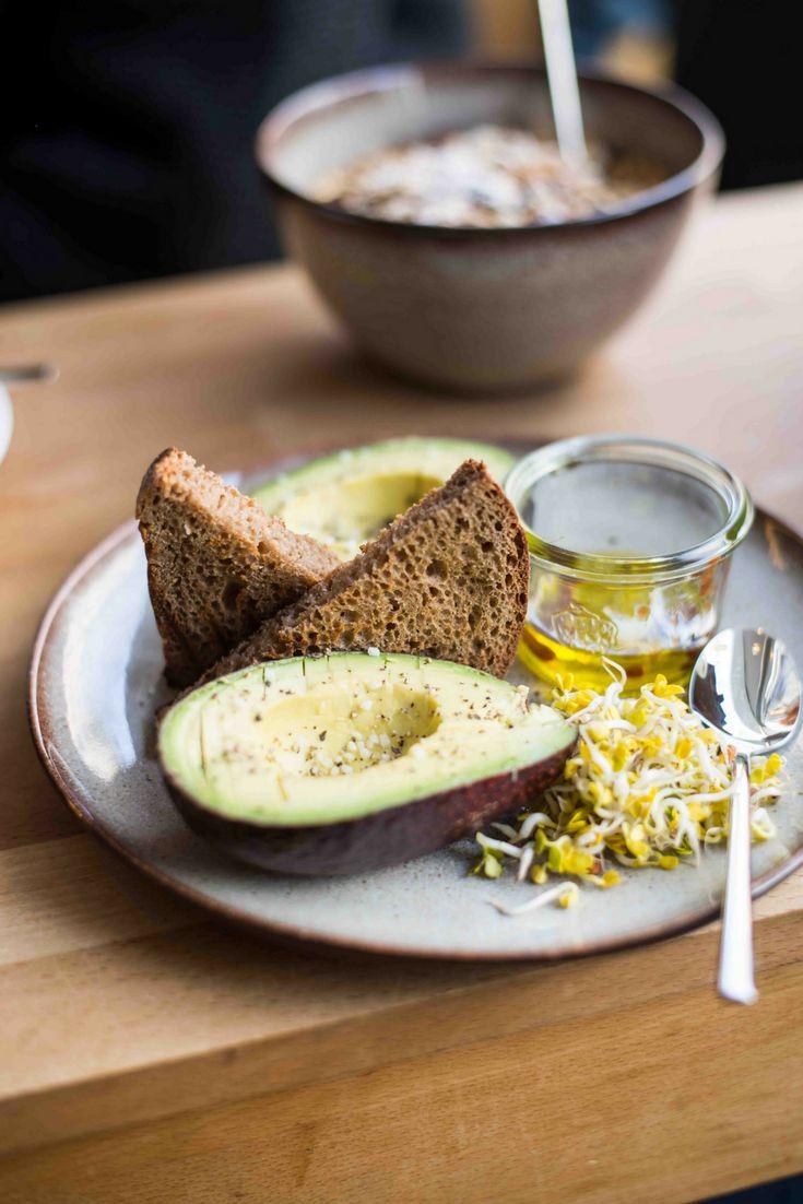 Avocado mit Olivenöl und Tabasco zum Frühstück in der Tagescafé Schwabing