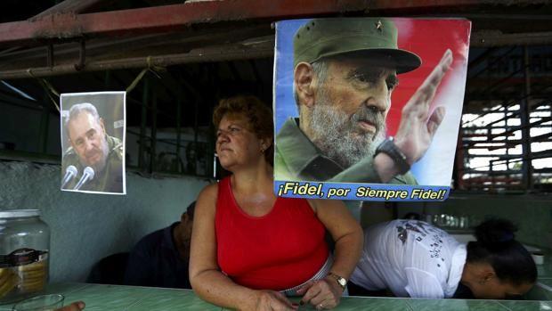 Una imagen de Fidel Casgtro en una tienda de Guimaro (Cuba). Haciendo cola en La Habana para comer Tras despedir las cenizas del comandante, la capital cubana vuelve a su rutina diaria: escasez de productos básicos y cartilla de racionamiento  http://www.abc.es/internacional/abci-haciendo-cola-habana-para-comer-201612030203_noticia.html