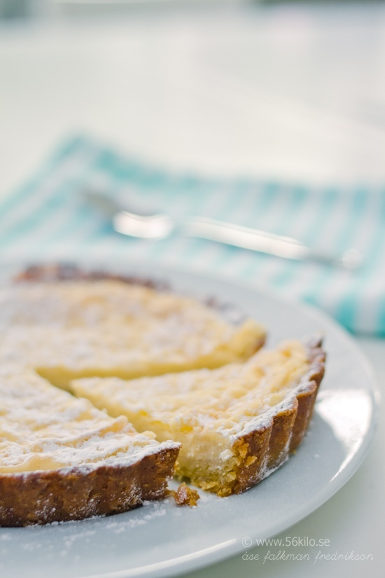 Lemon pie, low carb - in swedish - ( I use Bing Translator to translate the page.  Mandelmjöl is ground almonds, for some reason, that word can't be translated. - SG )