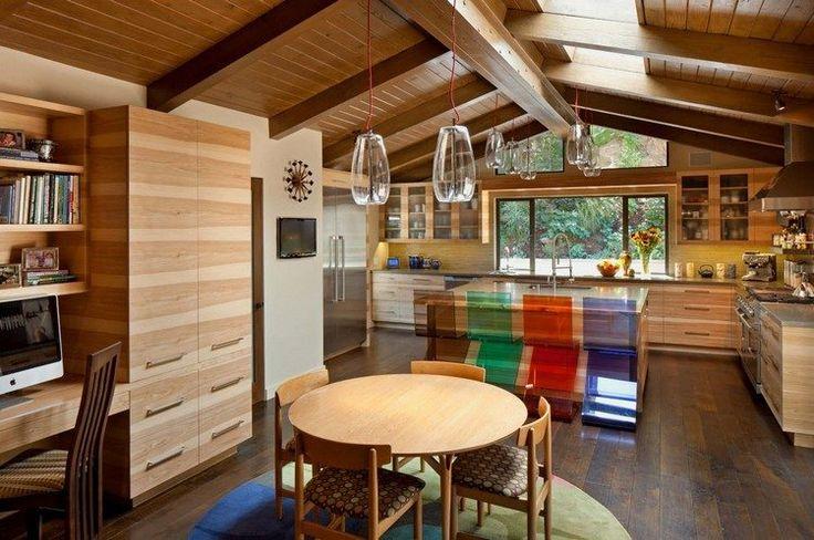 cuisine rustique avec plafond bois et poutres apparentes, tabourets en acrylique transparent et sol en parquet massif