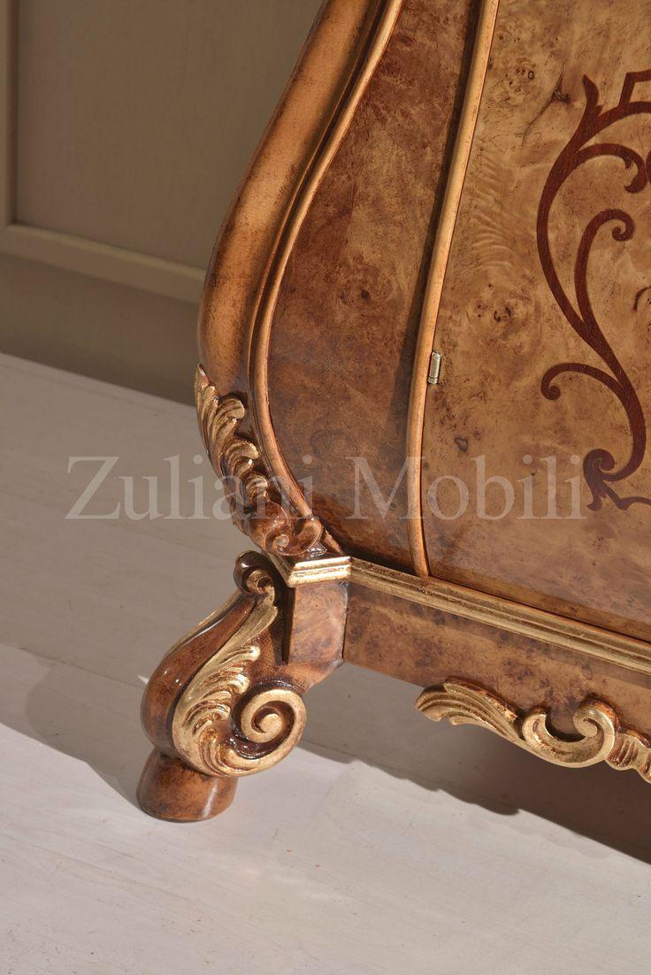 Сервант в голландском стиле  с радикой тополя, ручная работа, с сусальным золотом.  Характерная форма корпусной мебели — красивая горка, состоящая из двух частей: комода с волнистыми формами и стоящей на нем застекленной витрины для хранения редких изделий из фарфора. Горка является наиболее зрелым творением голландского мебельного искусства.  Наибольшей выразительности голландский #стиль достиг в  17 веке и часто его называли голландским #барокко. #arredamento #furniture  #mobili #fiera