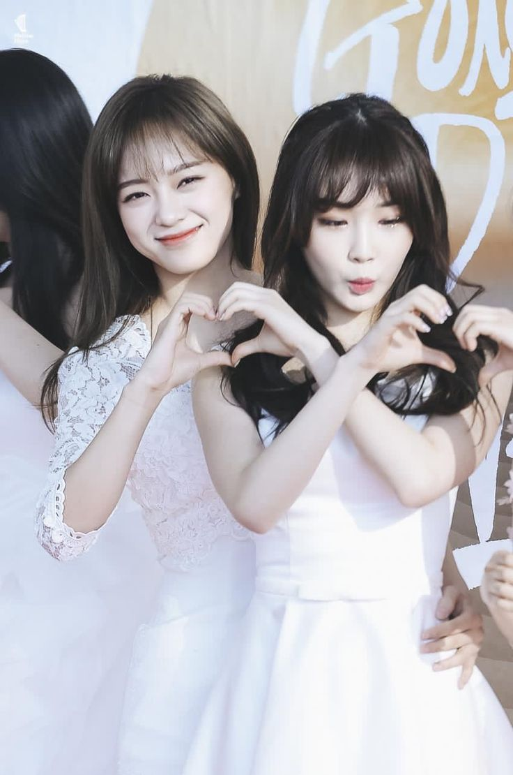170114 - Kim Sejeong and Chungha Red Carpet @ 31st Golden Disk Awards (cr.Mellow_Muse0828)