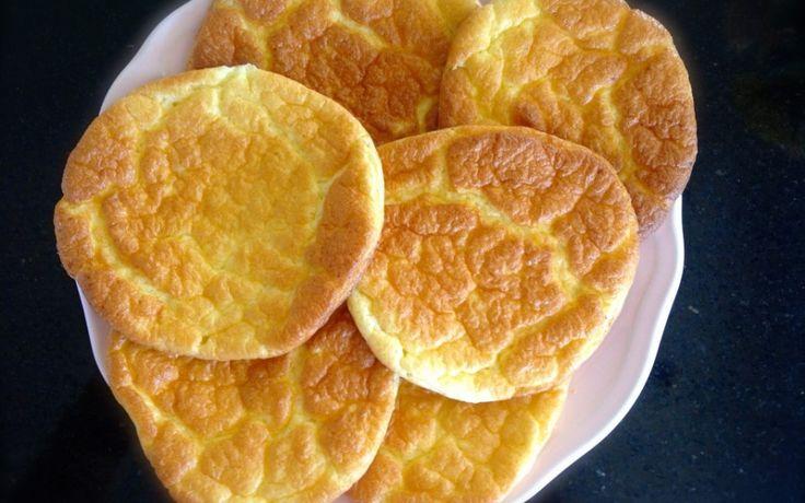 Ideale broodvervanger: de oopsies. Je kan ze gebruiken bij het ontbijt of bij de lunch. Je kan ze hartig maken, maar ook zoet. Dit is het basisrecept. Wil je variëren? Voeg dan eens zaadjes toe voor extra smaak, kaneel als je dat lekker vindt of 3el amandelmeel voor extra stevigheid. Ingrediënten 3 eieren 100 g roomkaas (type Philadelphia) 1 tl bakpoeder beetje zout Bereiding Verwarm de oven voor op 150°C. Neem 2 kommen en splits daarin de eieren. Het eigeel in 1 kommetje, het eiwit in het…