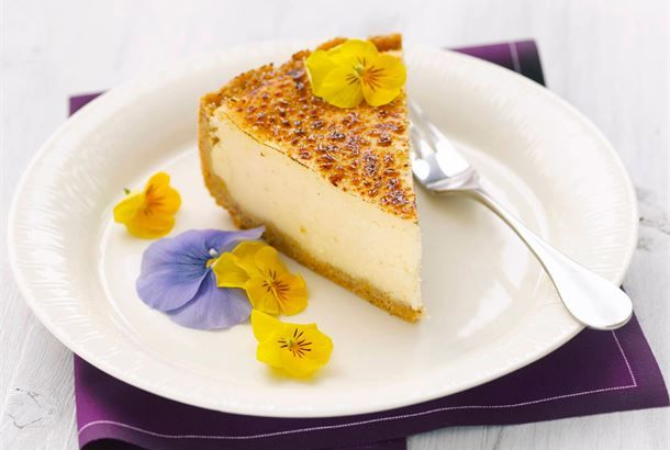 Rahka-juustokakku ✦ Raikas pääsiäisaterian kruunaaja. Kakun pohjaan tuo makua hasselpähkinä. http://www.valio.fi/reseptit/rahka-juustokakku/ #resepti #ruoka