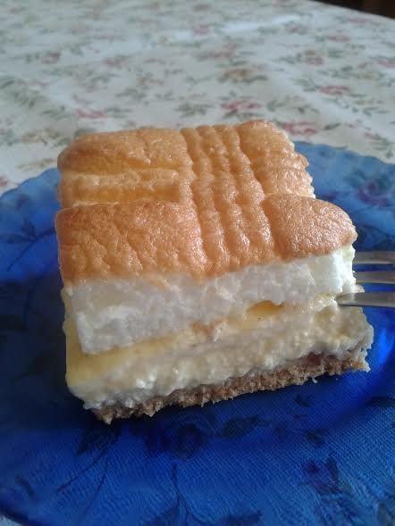 Ez a süti hasonlít a Rákóczi túróshoz, de attól egy picit egyszerűbb. Viszont ugyanolyan finom, bátran ajánlom az elkészítését. Akár a húsvéti vendégeskedéshez is jól jön majd.