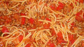 Toscaanse spaghetti. Verse topper op tafel.