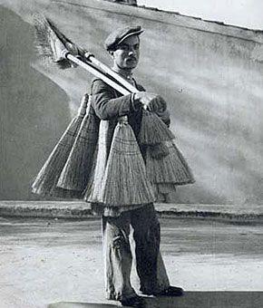 Πλανόδιος πωλητής ψάθινης σκούπας 1950-60  φωτ.Βούλα Παπαιωάννου