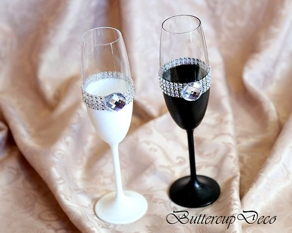 Wedding Glasses Set of 2 hand decorated Champagne por ButtercupDeco