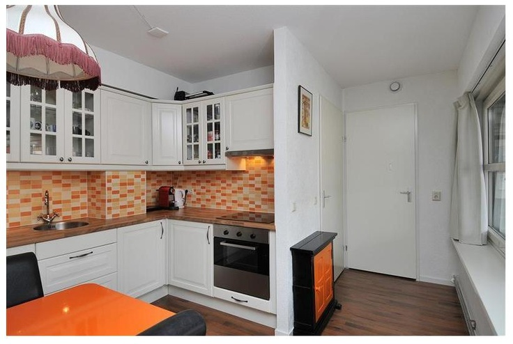 De keuken is in 2008 geplaatst en beschikt over een inductie kookplaat, oven, afzuigkap en vaatwasser.