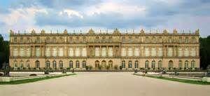 Palacio de Versalles. Es un palacio mandado construir por Luis XIV. Consta de    tres etapas: -1ºetapa: seria un palacete de caza con dos alas laterales.    Fachada de ladrillo y también usando pizarra.  -2ºetapa: traslada la corte a Versalles. -3ºetapa: se construyó la capilla real en el ala Norte del palacio.