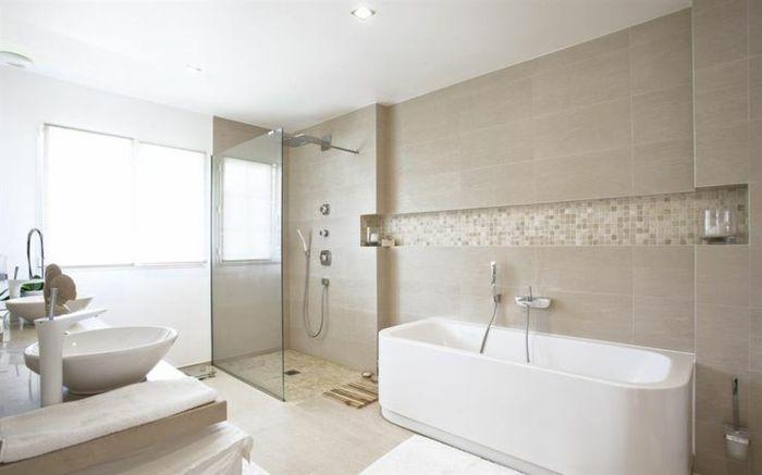 jolie salle de bain taupe avec baignoire blanche