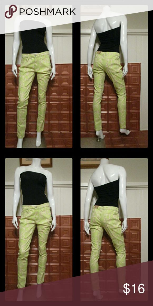 Women's skinny pants NWT women's skinny pants. Fits mid waist curvy hip and thigh. Mossimo Supply Co Pants Skinny